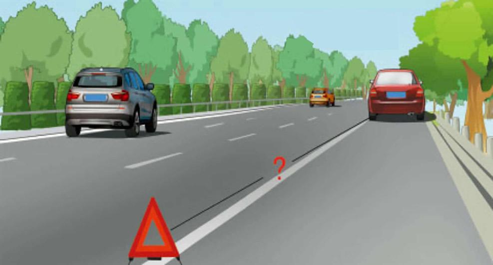 遇到图中所示的车辆无法继续行驶的情况时,怎样按规定放置危险警告标志?