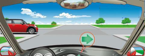 在一个没有信号灯的路口右转弯时,遇到图中所示的左侧路口有车辆直行,怎么做是正确的?
