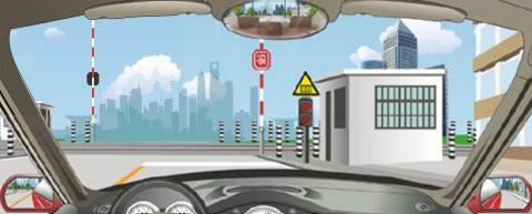 驶近一个图中所示的铁路道口时,只要看到栏杆还没放下来,就可以加速通过道口。
