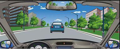 图中所示的情形超车时,要提前开启左转向灯,连续鸣喇叭或开启远光灯提示,催促前车让行。