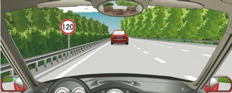 在图中所示的高速公路行车道跟随前车行驶时,最小的跟车距离不得少于100米。
