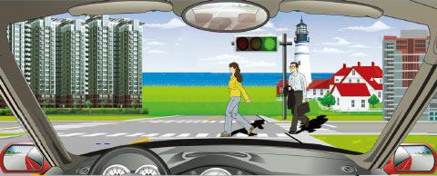 驶进一个设有信号灯的路口,遇到图中所示的信号灯亮着,但有行人通过,怎么做是正确的?