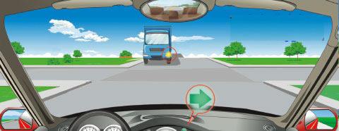 在一个没有信号灯的路口右转弯时,遇到图中所示的对面车辆发出左转信号,怎么做是正确的?
