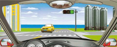 在路口直行看到图中这种情况,要在停止线以外停车等待对面直行车通过后再起步。