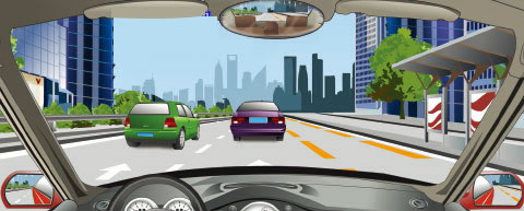 在城市道路上,遇到图中情况需要超车时,只要专用车道上没有公交车通过,就可以开启右转向灯,借公交车道行驶。