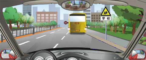 行车中遇到图中所示的停在路边的校车时,怎么做是正确的?