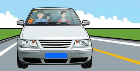 请判断图中上路学习驾驶的自学直考小客车有什么违法行为?