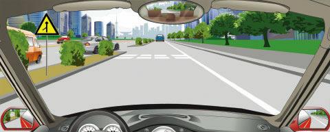 在辅路上行驶,遇到图中所示有一辆小型客车从主路进入辅路时,怎么做是正确的?