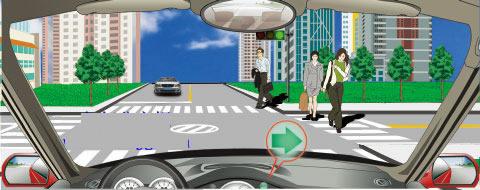 在一个绿灯亮的路口右转,遇到图中所示的情况,怎么做是正确的?