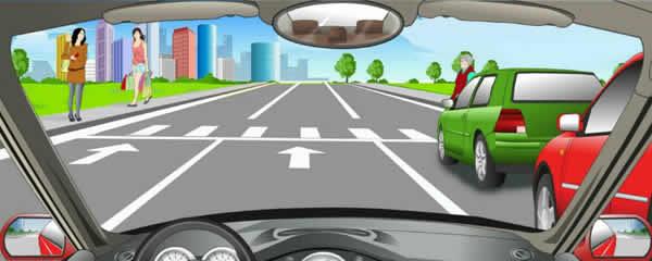 通过人行横道应减速慢行,遇到行人则需停车让行。