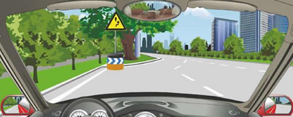 图中标志障碍物在路中,车辆从左侧绕行。