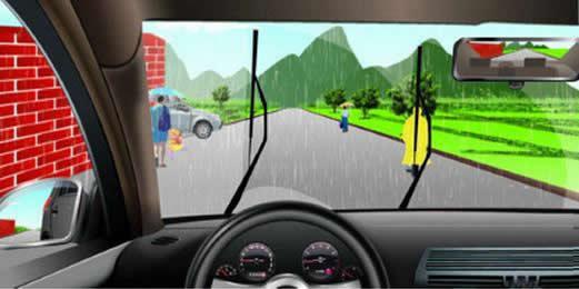 如图所示,驾驶机动车在雨天行驶遇到这种情形时,以下做法正确的是什么?