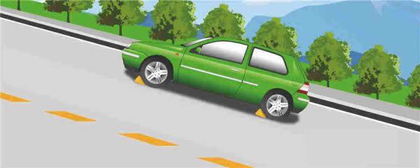 因故障在山区上坡路段长时间停车时,要用这种办法塞住车轮。