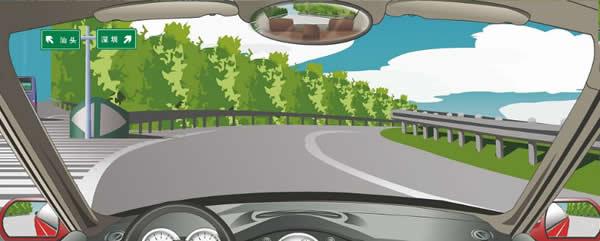 左侧标志指示高速公路两个行驶方向的目的地。
