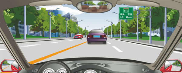 前方标志预告高速公路入口在路右侧。