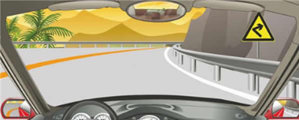 右侧标志警告前方是向右急转弯路。