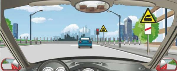 右侧标志警告距前方有人看守铁道路口100米。