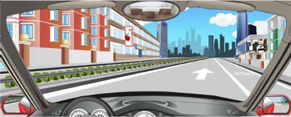 道路右侧白色实线标示机动车道与人行道的分界线。
