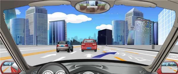 右侧车道路面标线表示可以临时借用公交专用车道行驶。