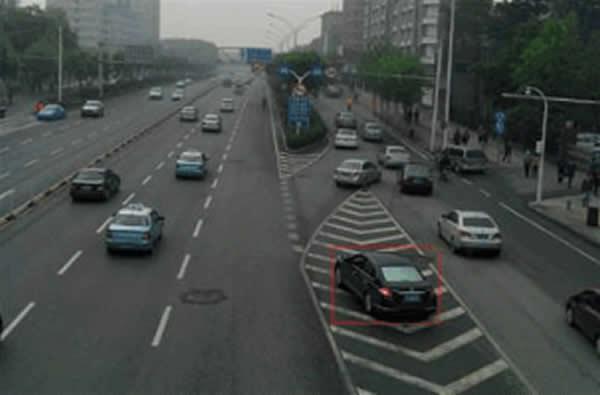 图中红框内行驶的车辆存在交通违法行为。