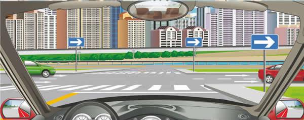 前方标志表示向右是单向行驶道路。