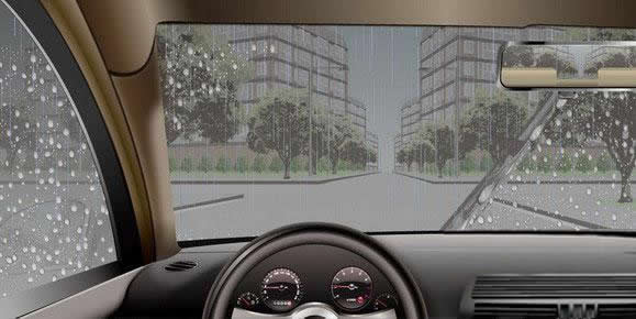 如图所示,在这种情况下通过路口,驾驶人应减速或者停车观察,以应对两侧路口可能出现的危险。