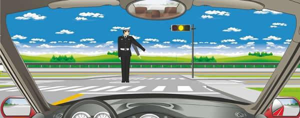 交通警察发出是左转弯待转手势信号。