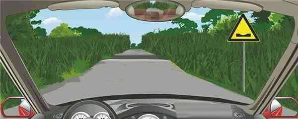 右侧标志提醒前方路面低洼。