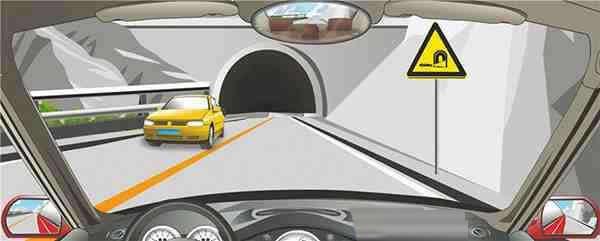 右侧标志提醒进入隧道减速慢行。