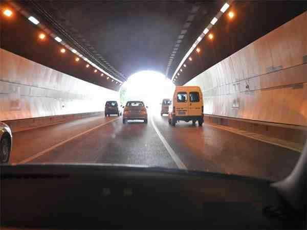 """当车辆驶出隧道时,驾驶人易出现图中所示的""""明适应""""现象,以下做法正确的是什么?"""