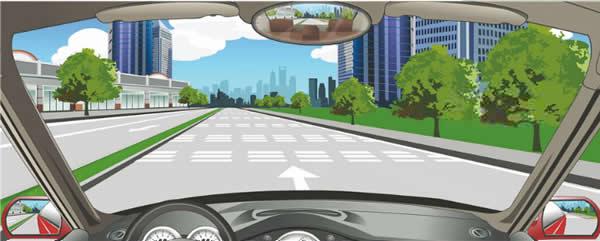 路面白色反光虚线警告前方路段要减速慢行。