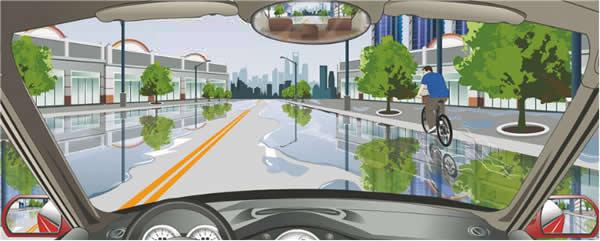 驾驶机动车在这种情况下要尽快加速通过。