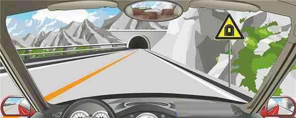右侧标志提醒前方是单向行驶隧道。