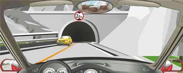 隧道上方标志表示限制高度3.5米。