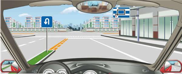 右侧标志指示前方路口左转弯绕行的线路。