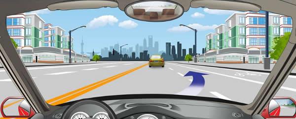 道路右侧白色虚线指示可越线变更车道。