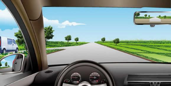 如图所示,驾驶机动车遇到左侧支路白色汽车不减速让行时,以下做法正确的是什么?