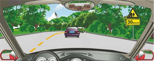 右侧标志提醒前方有村庄或集镇,建议速度30公里/小时。