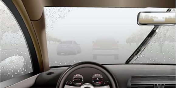 如图所示,浓雾天气中驾驶机动车两车交会,以下做法错误的是什么?