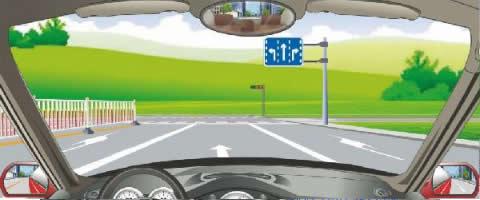 右侧标志表示车辆按箭头示意方向选择行驶车道。