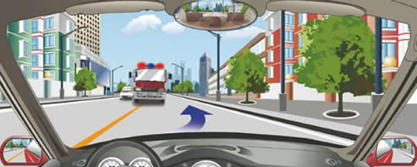 驾驶机动车遇到这种情形要迅速靠右侧减速让行。