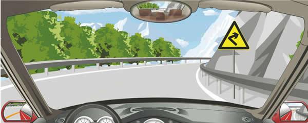 驾驶机动车通过这种傍山险路要靠左侧行驶。