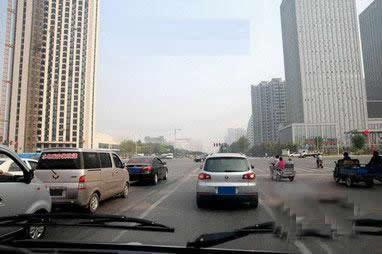 如图所示,驾驶机动车驶近这样的路口时,应保持视线移动,时刻关注着周围可能出现的潜在危险。