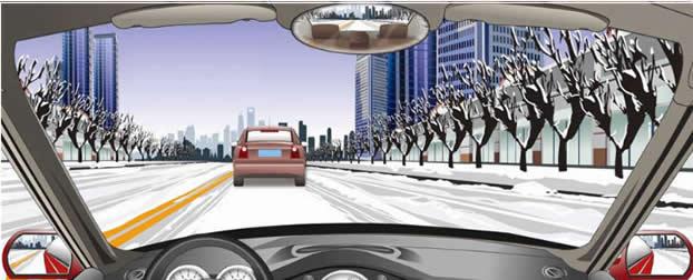 在这种冰雪路面怎样跟车行驶?
