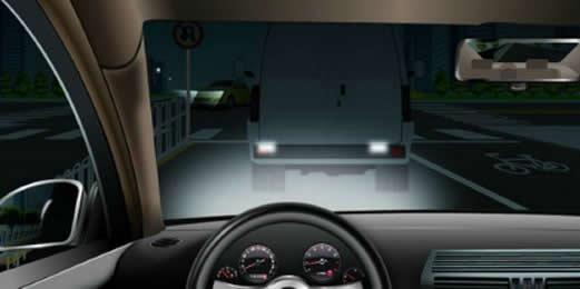 如图所示,驾驶机动车跟车行驶遇到前车遮挡路口交通信号灯时,以下做法正确的是什么?