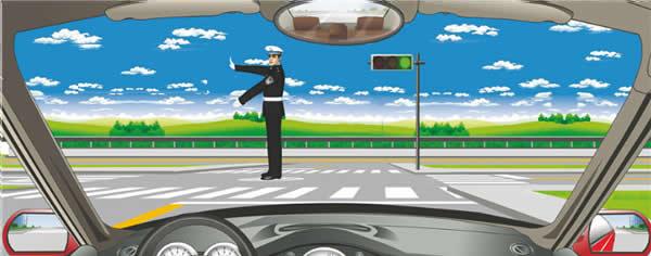交通警察发出这种手势信号时可以向左转弯。