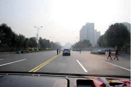 如图所示,驾驶机动车遇到这种情况时,应注意左前方行人可能在前方机动车驶过后马上横穿道路。