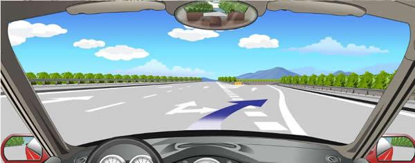 路面上的出口标线用于引导驶出该高速公路。