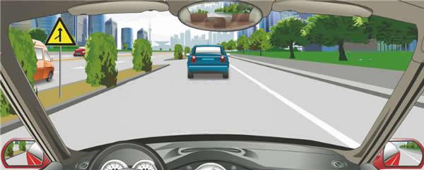 左侧标志警告前方注意左侧路口有汇入车辆。