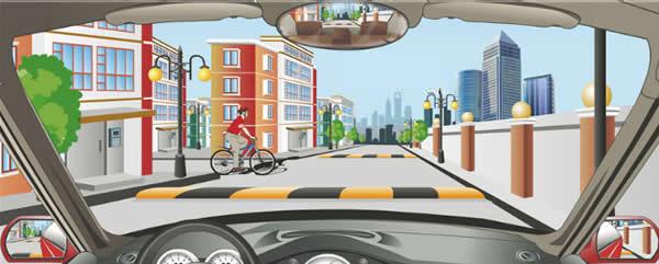 驾驶机动车在小区内遇到这样的情况要在自行车前加速通过。
